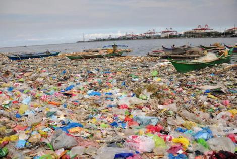 Aguas contaminadas en la bahía de Manila